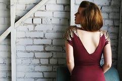 Junge Frau im roten Kleid mit Pailletten Stockbilder