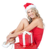 Junge Frau im Sankt-Helferhut mit roten Geschenken Lizenzfreie Stockbilder