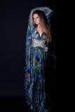 Junge Frau im schönen langen Kleid lizenzfreies stockbild