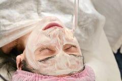 Junge Frau im Schönheitssalon tut das Verjüngen und tont das Verfahren, das auf dem Gesicht darsonval ist lizenzfreie stockfotos