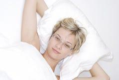 Junge Frau im Schlafzimmer Lizenzfreie Stockfotografie