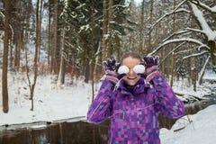 Junge Frau im schneebedeckten Wald Lizenzfreies Stockfoto