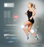 Junge Frau im schwarzem Sportkleidungsspringen Lizenzfreie Stockfotografie