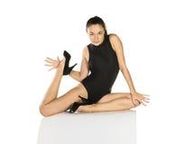 Junge Frau im schwarzen Badeanzug Stockfotografie