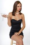 Junge Frau im schwarzen Cocktailkleid Stockfotografie