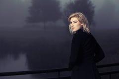 Junge Frau gegen einen Morgendunst Stockfoto