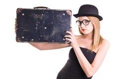 Junge Frau im schwarzen Hut und im Weinlesekoffer Stockfoto