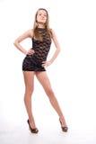 Junge Frau im schwarzen Kleid Stockfoto