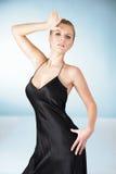 Junge Frau im schwarzen Kleid Lizenzfreies Stockfoto