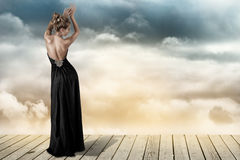 Junge Frau im schwarzen Kleid Stockbild