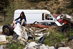 Junge Frau im scrapyard Stockfoto