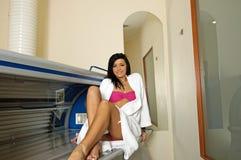 Junge Frau im Solarium Stockfoto