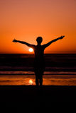 Junge Frau im Sonnenuntergang Lizenzfreie Stockfotos
