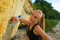 Junge Frau im Sport bekleiden Reste mit Wasser Lizenzfreies Stockfoto