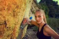 Junge Frau im Sport bekleiden Reste mit Wasser Stockfoto