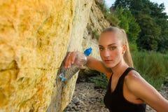 Junge Frau im Sport bekleiden Reste mit Wasser Stockbilder