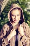 Junge Frau im Sport kleidet das Stillstehen in einem Park nach einer Morgengymnastik Lizenzfreie Stockfotografie