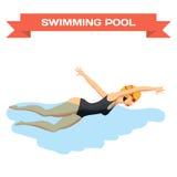 Junge Frau im Sportbadeanzug schwimmt im vorderen Schleichen des Pools lizenzfreie abbildung