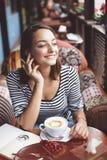 Junge Frau im städtischen Café Lizenzfreie Stockfotografie