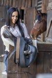 Junge Frau im Stall Stockfotografie