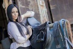 Junge Frau im Stall Lizenzfreies Stockfoto