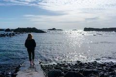 Junge Frau im Strand E lizenzfreie stockfotos