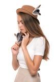 Junge Frau im Strohhut mit Federn Blonde Mädchenatelieraufnahme Lizenzfreies Stockfoto