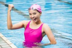 Junge Frau im Swimmingpool stockbilder