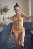 Junge Frau im Swimmingpool Stockfotografie