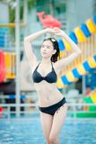 Junge Frau im Swimmingpool, Frau Asien Thailand lizenzfreies stockbild