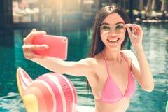 Junge Frau im Swimmingpoolrest Lizenzfreies Stockbild