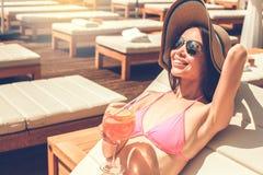 Junge Frau im Swimmingpoolrest Stockfoto
