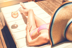 Junge Frau im Swimmingpoolrest Lizenzfreies Stockfoto