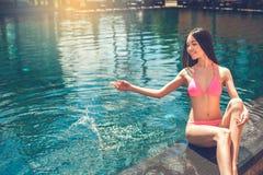 Junge Frau im Swimmingpoolrest Stockfotos