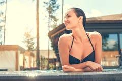 Junge Frau im Swimmingpoolrest Stockfotografie