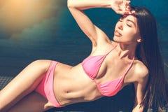 Junge Frau im Swimmingpoolrest Lizenzfreie Stockfotos