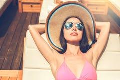 Junge Frau im Swimmingpoolrest Lizenzfreie Stockbilder