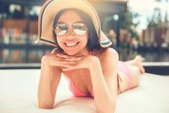 Junge Frau im Swimmingpoolrest Lizenzfreie Stockfotografie