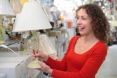 Junge Frau im System der Haustechniken Stockfotos