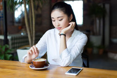 Junge Frau im Telefon am Café Stockbilder