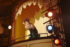 Junge Frau im Theater-Kasten Stockfotos