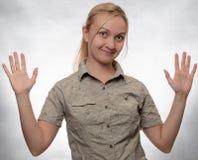 Junge Frau im Trekkingshemd mit den Händen oben lizenzfreie stockfotos