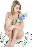 Junge Frau im Unterwäschesitzen Lizenzfreie Stockbilder