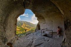 Junge Frau im Vardzia-Höhlen-Kloster von Georgia stockbild