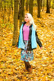 Junge Frau im Wald Stockfotos