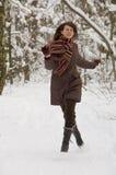 Junge Frau im Wald Stockbilder