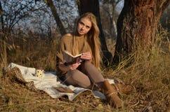 Junge Frau im Wald Lizenzfreie Stockfotos