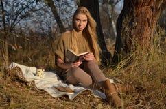 Junge Frau im Wald Stockfotografie