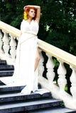 Junge Frau im weißen antiken Kleid Stockfotografie
