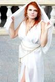 Junge Frau im weißen antiken Kleid Stockfotos